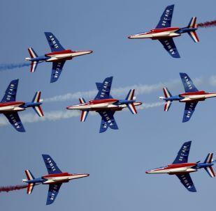Esquadrilha de demonstração aérea Patrouille de France exibindo as cores da bandeira francesa durante a cerimônia de abertura do Dubai Airshow 2019