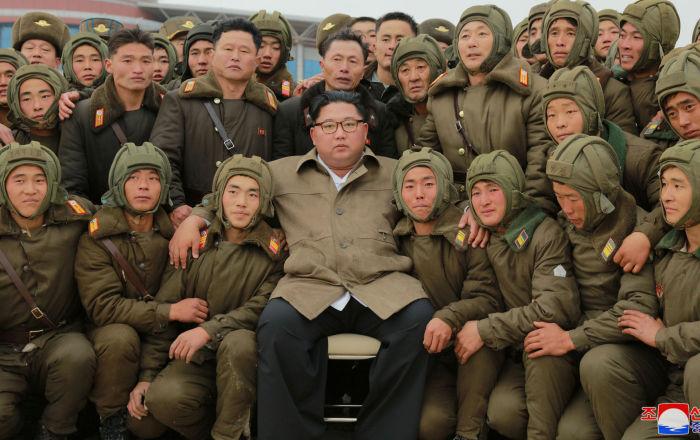 Atiradores de elite da Força Aérea da Coreia do Norte tiram foto com o líder norte-coreano, Kim Jong-un