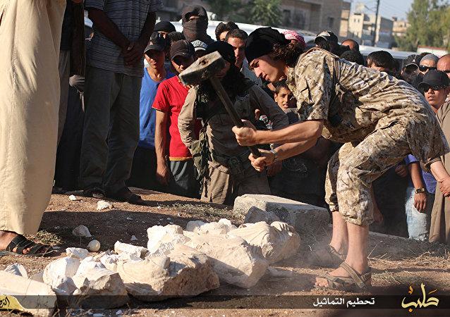 Militante do Estado Islâmico destrói suposta relíquia de Palmira.