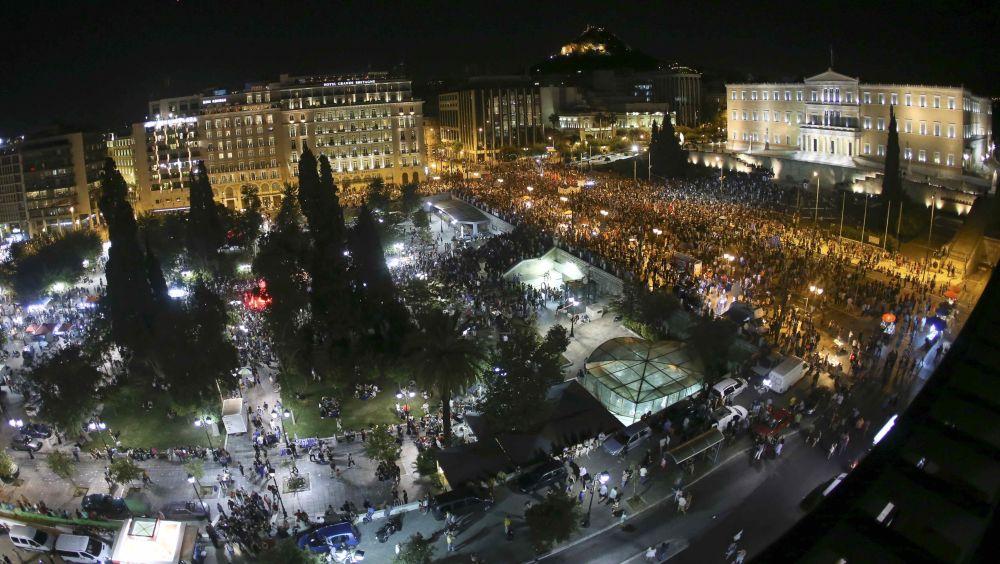 Uma vista geral mostra eleitores de Não a austeridade que se reuniram para celebrar em frente do parlamento grego na Praça Syntagma em Atenas, Grécia 5 de julho de 2015.
