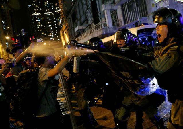Forças de ordem contêm manifestantes em Hong Kong