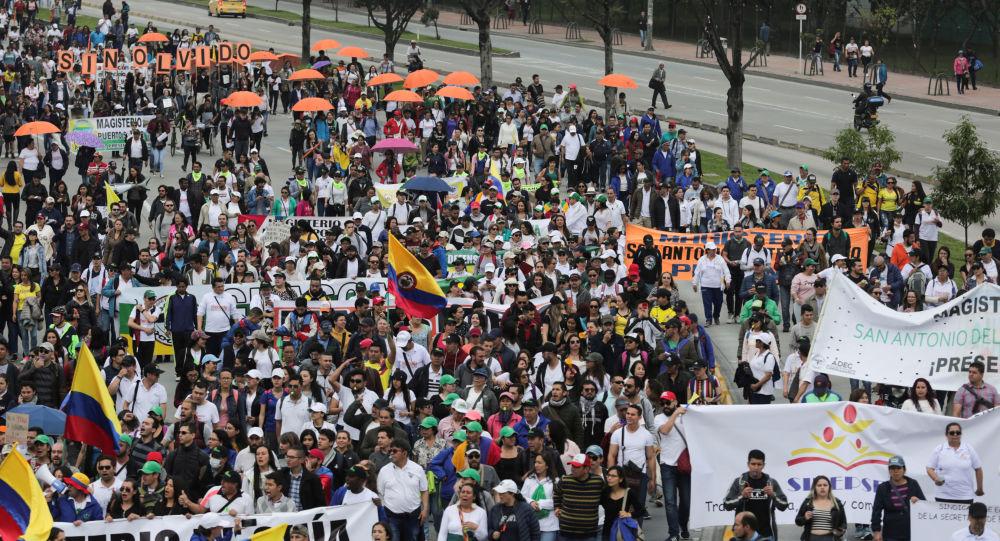 Manifestantes protestam contra políticas do presidente Iván Duque na Colômbia