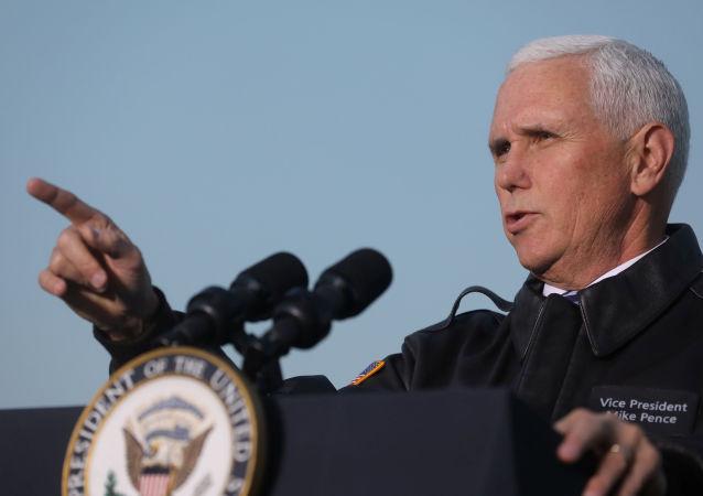 Vice dos EUA Mike Pence discursa perante as tropas do país no Iraque