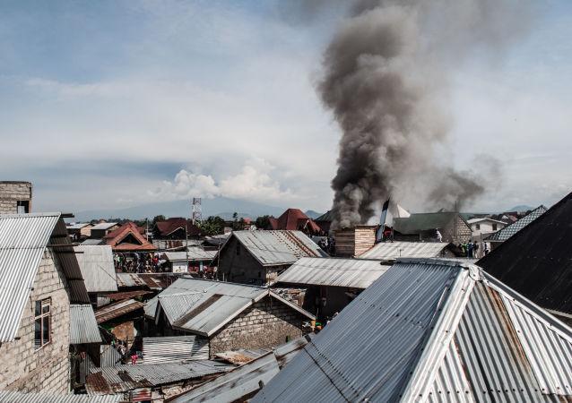Avião com 19 passageiros a bordo cai e pega fogo no Congo, em 24 de novembro