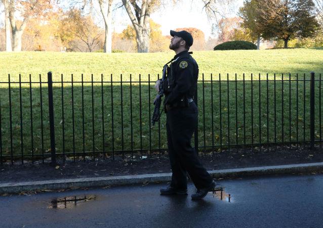 Funcionário do serviço de segurança da Casa Branca busca algo no céu durante fechamento da sede da presidência dos EUA