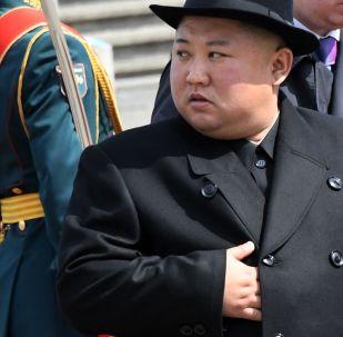 Líder norte-coreano, Kim Jong-un, esconde a mão no casaco durante cerimônia de inauguração de estrada de ferro