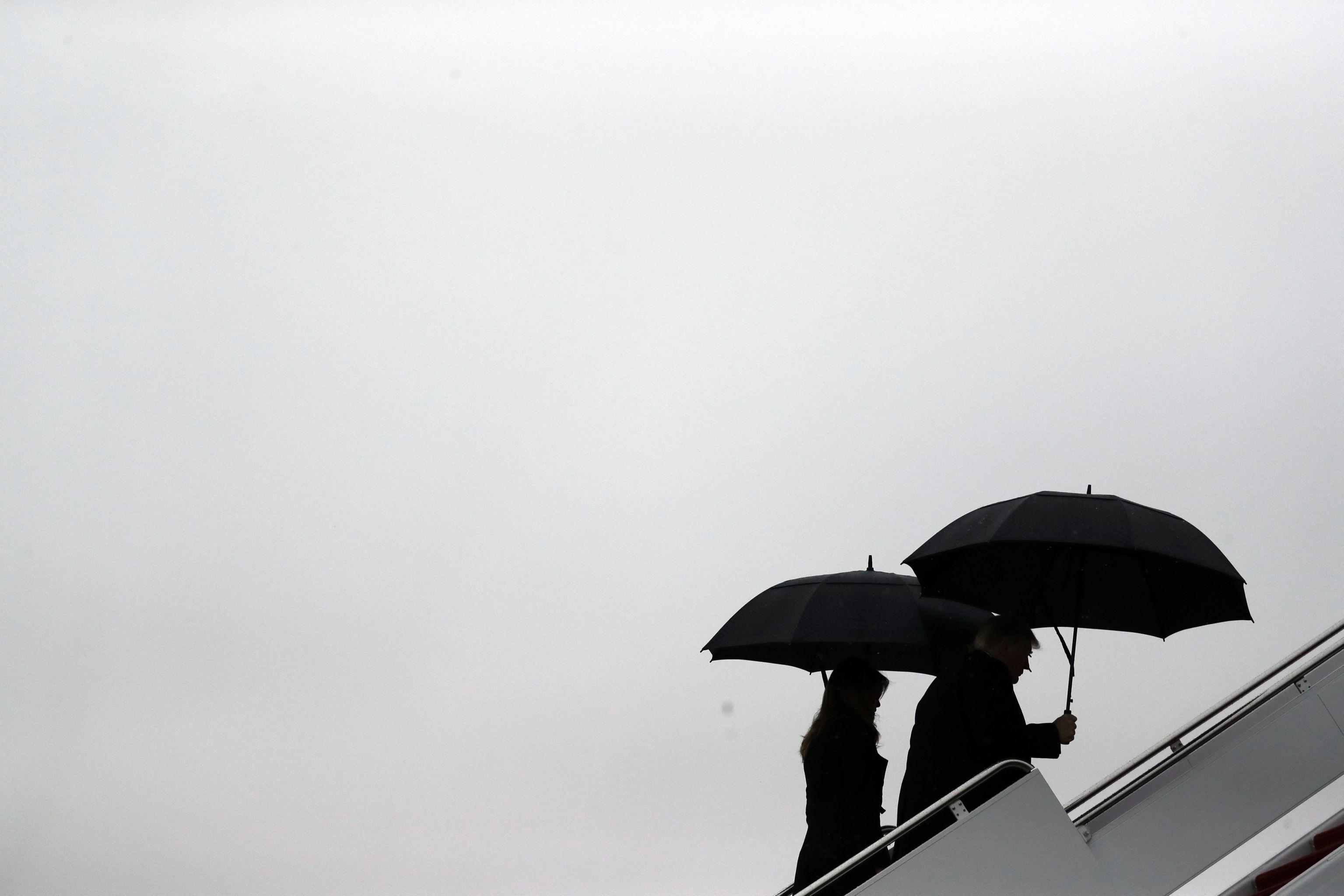 Presidente e primeira-dama dos EUA embarcam no avião presidencial com rumo à Conferência de Líderes da OTAN, em 2 de dezembro de 2019