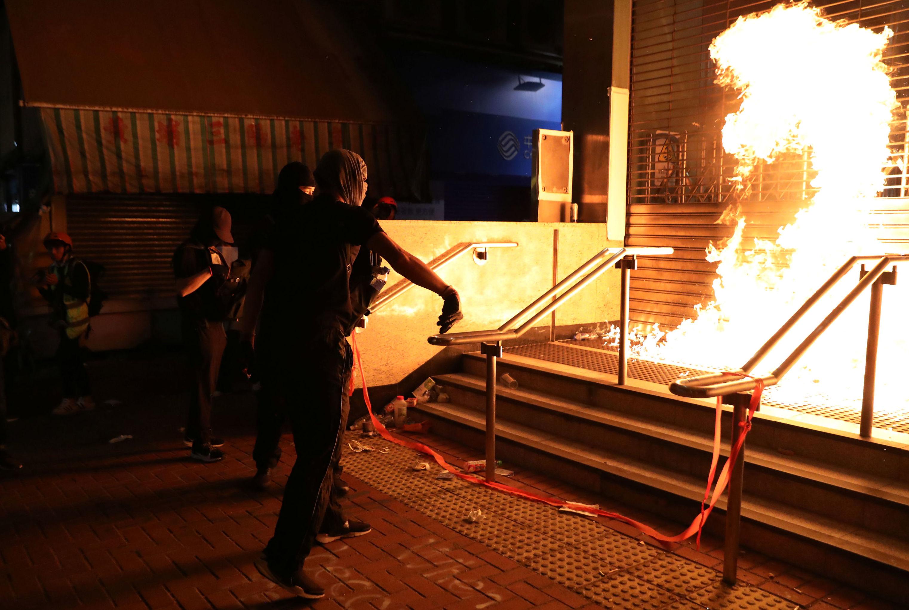 Manifestante atira coquetel molotov em uma estação de trem de Hong Kong, em 1 de dezembro de 2019