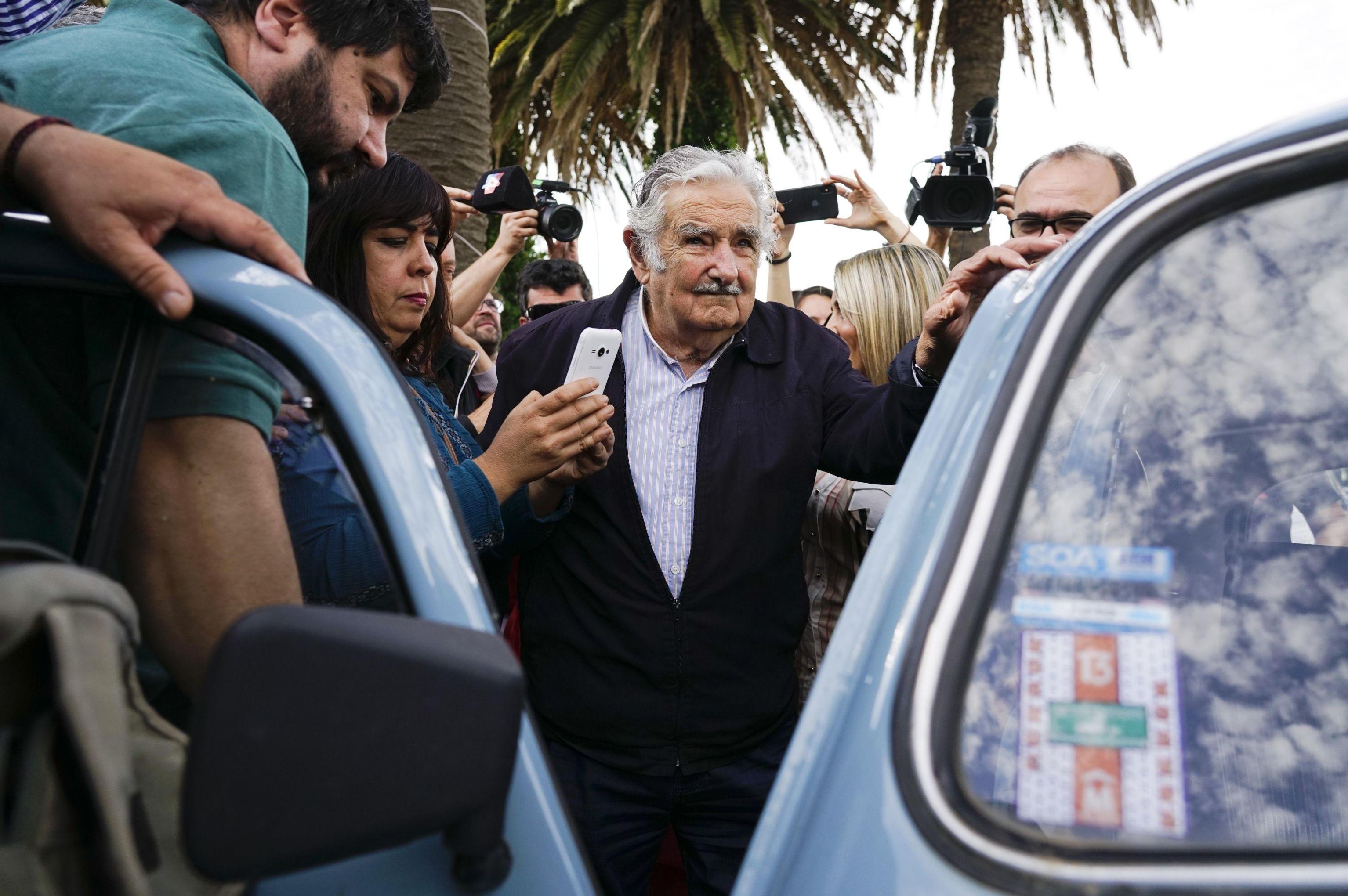 Mujica deixa sessão eleitoral com seu famoso fusca azul claro, em Montevidéu, em 27 de outubro de 2019