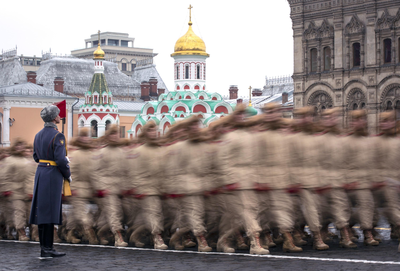 Soldados russos durante parada militar, na Praça Vermelha, no dia 7 de novembro. Vladimir Putin garantiu que a Rússia seguirá atenta à modernização de suas forças armadas