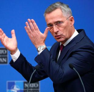 Secretário da OTAN Jens Stoltenberg fala à imprensa durante encontro em Bruxelas