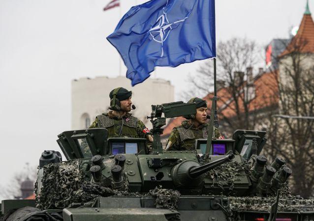 Militares do Canadá em veículo armado LAV III, durante parada militar em Riga, capital da Letônia, em novembro de 2019