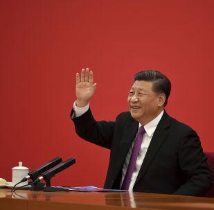 Presidente da China acena para seu homólogo russo após vídeoconferência, em Pequim, em 2 de dezembro de 2019