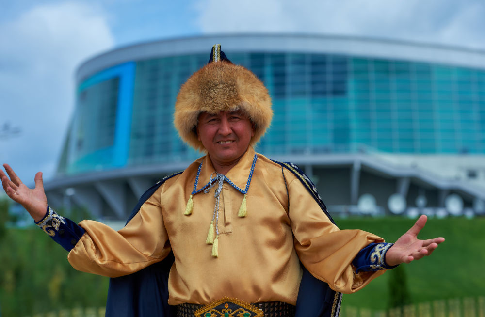 Um morador da República de Bashkortostan se preparando para receber os participantes da cúpula da SCO e BRICS no parque étnico Vatan