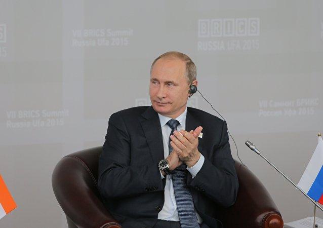 Vladimir Putin durante a reunião com os membros do Conselho Empresarial do BRICS
