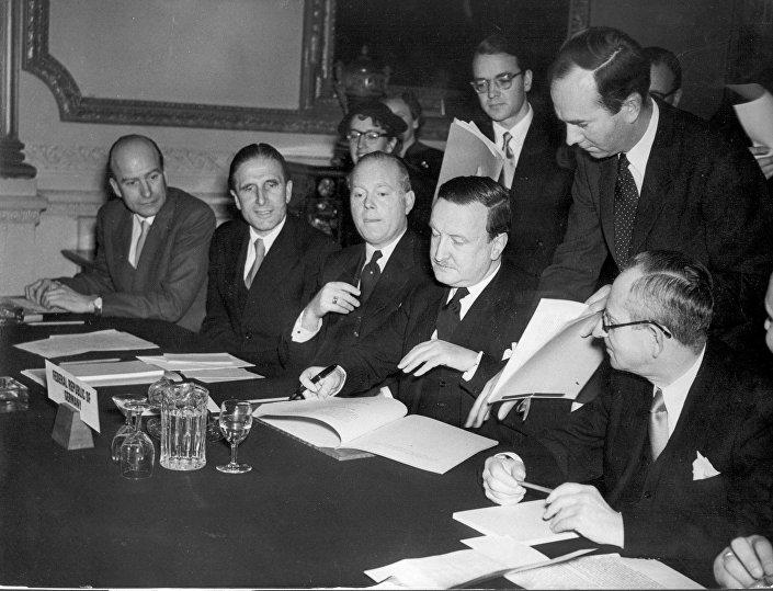 27 de Fevereiro de 1953. Acordo de Londres sobre as Dívidas Alemãs. Entre os países que perdoaram 50% da dívida alemã estão a Espanha, Grécia e Irlanda.