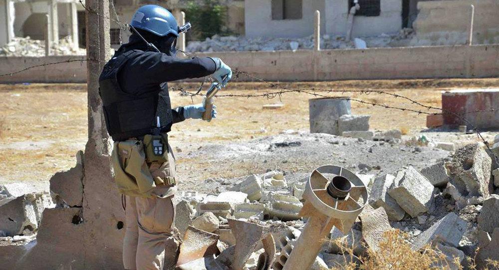 Membro da equipe de investigação da ONU investiga um míssil perto de Damasco na Síria que supostamente tinha ogiva química