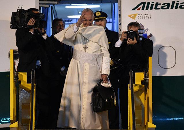 Ao embarcar em Assunção para voltar a Roma, o Papa Francisco fez uma última saudação ao povo paraguaio.