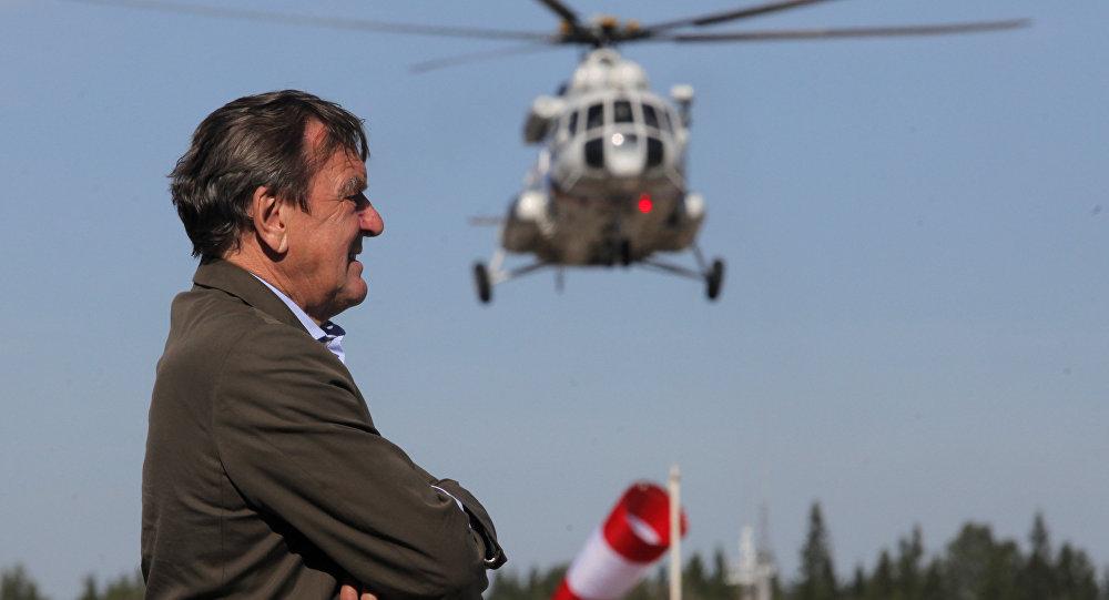 Gerhard Schroeder aguarda o pouso do helicóptero com Vladimir Putin a bordo. Foto de arquivo