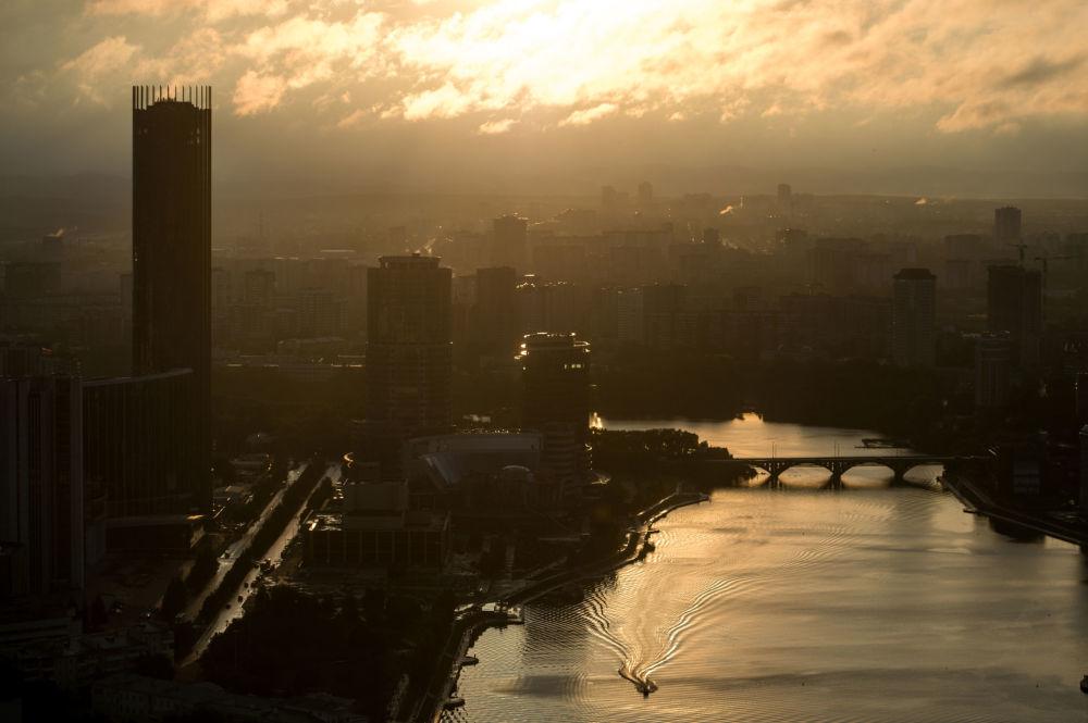 Vista de Ecaterimburgo a partir do mirante do centro empresarial Vysotskiy