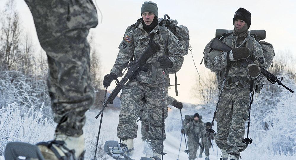 Treinamentos do inverno na base conjunta de Elmendorf-Richardson em Alasca, EUA