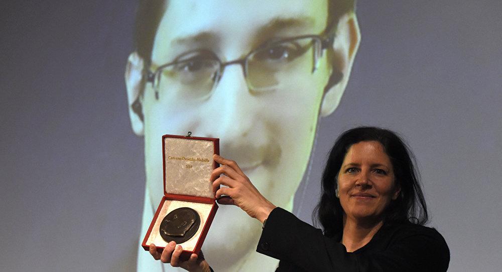 Laura Poitras com a medalha Carl Ossietzky