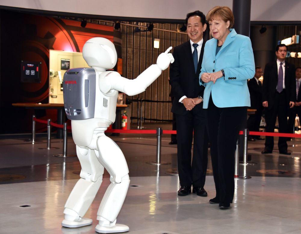Robô Asimo performa perante a chanceler alemã Angela Merkel em Tóquio.