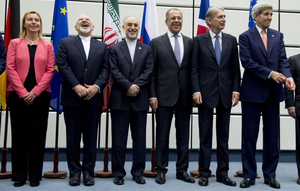 Foto conjunta dos participantes das negociações sobre problema nuclear iraniana em Viena