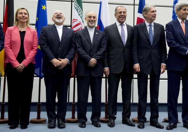 Foto conjunta dos participantes das negociações sobre o programa nuclear iraniano, em Viena, no último dia 14 de julho