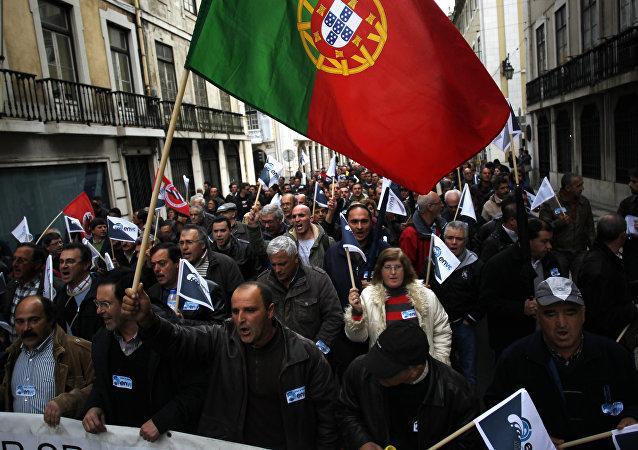 Manifestantes protestam contra privatização de empresa em Portugal