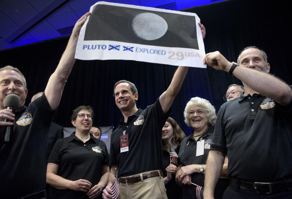 Pesquisador chefe da missão New Horizons para Plutão Dr. Allan Stern e seus colegas