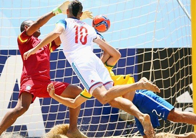 Artur Paporotnyi, da Rússia, marca de cabeça contra o Brasil na Copa do Mundo de Beach Soccer da FIFA Portugal 2015