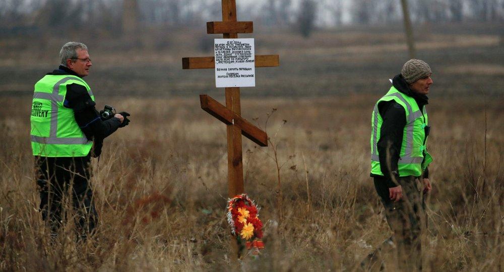 Peritos holandeses trabalham no local do acidente do voo MH17 no leste da Ucrânia