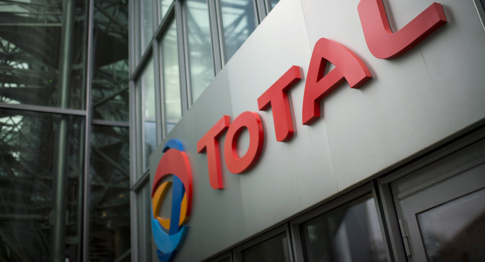 Logotipo  da companhia energética francesa Total em sua sede em La Défense, centro financeiro de Paris, em 21 de outubro, 2014