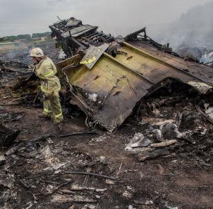 Equipes de resgate no local da queda do MH17 no leste da Ucrânia