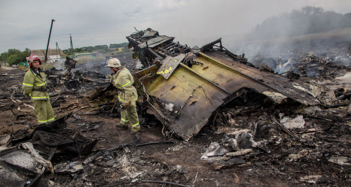 Equipes de resgate no local da queda do MH17 no leste da Ucrânia