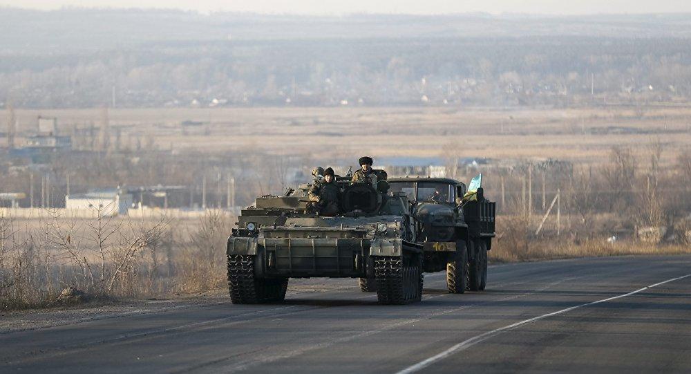 Veículos armados das forças ucranianas perto de Artemivsk, no leste da Ucrânia