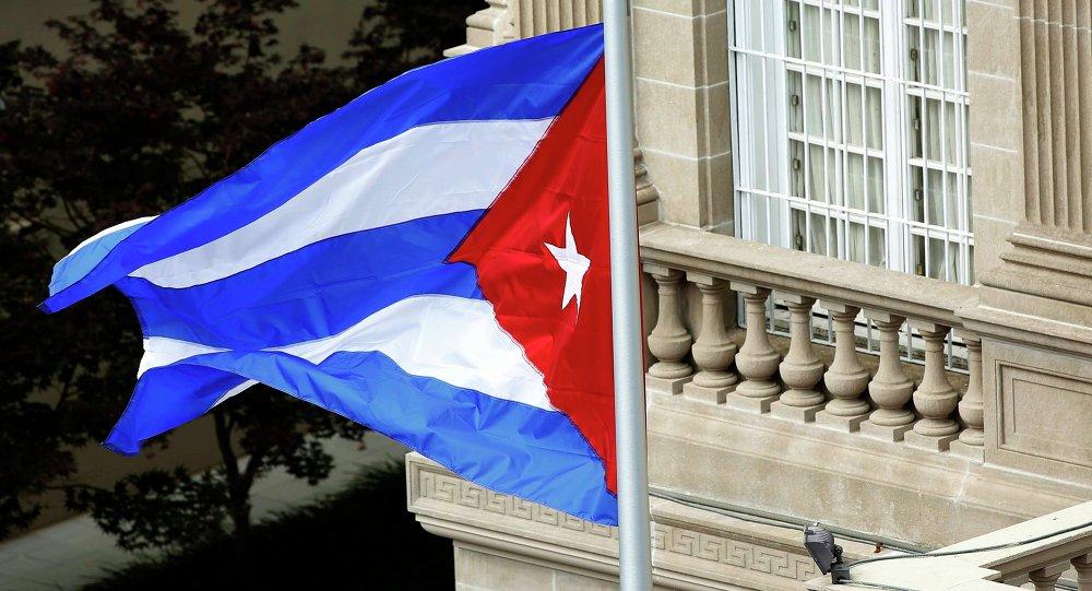 Bandeira cubana tremula após cerimômia de reabertura da embaixada do país em Washington.