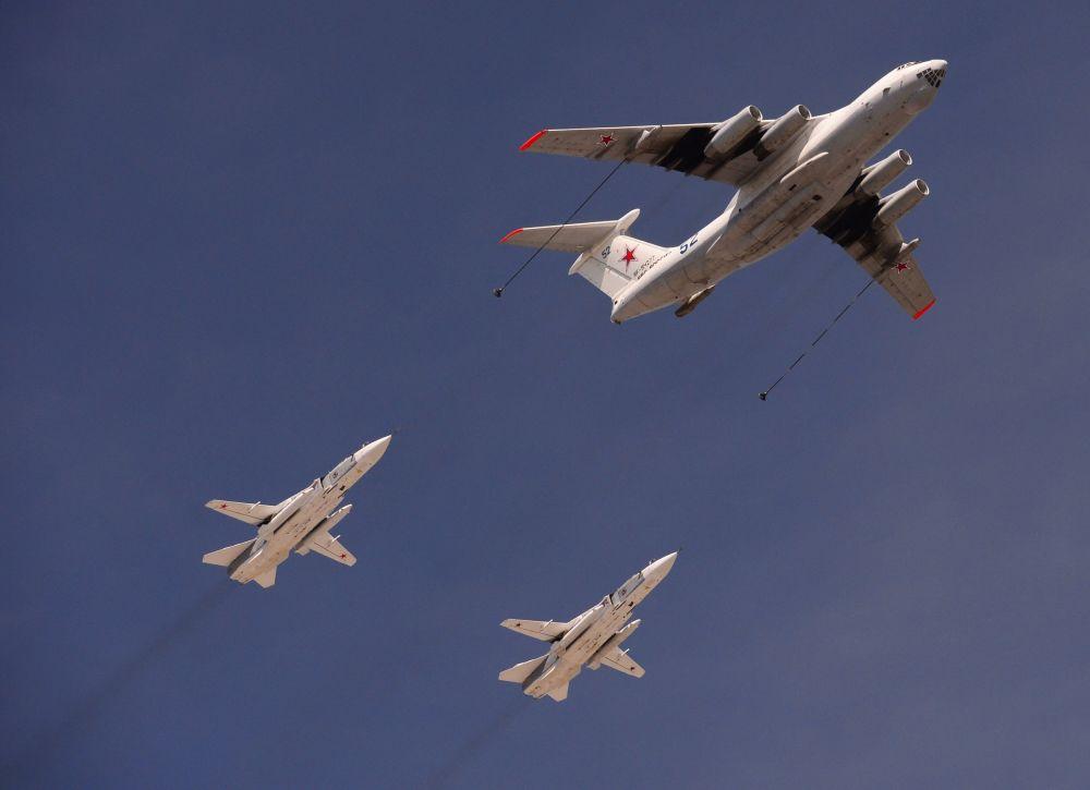 Avião de reabastecimento IL-78 e caças Su-24