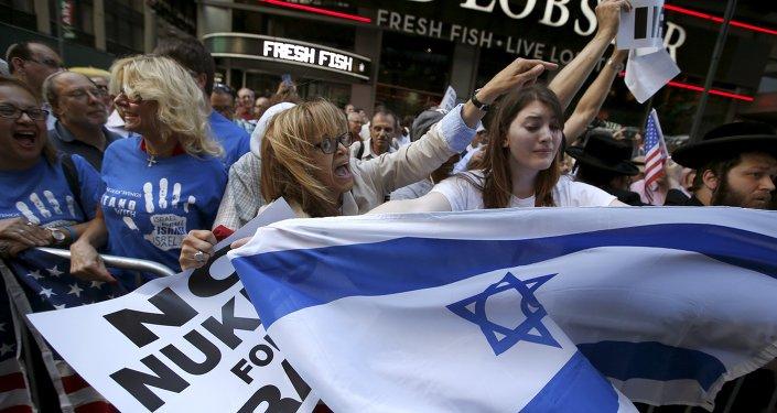 Manifestantes contra o acordo nuclear dos EUA com o Irã em Times Square em Nova Iorque