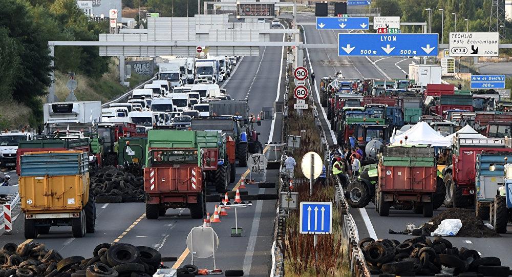 Agricultores franceses barram autoestrada perto de Lyon