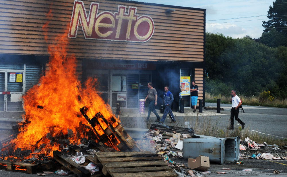 Fogueira em frente a um mercado durante greve de agricultores franceses na cidade de Quimper