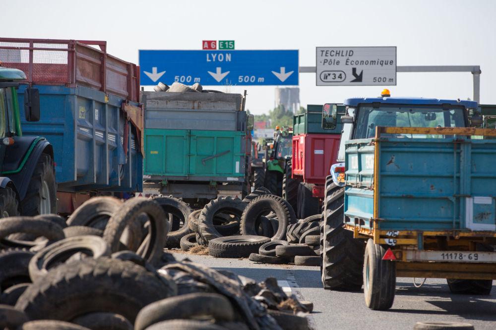 Agricultores franceses interditam estrada nos arredores de Lyon