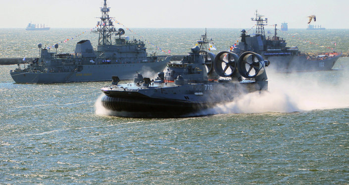 O pequeno aerodeslizador Yevgeny Kocheshkov (frente) durante o ensaio da parada do Dia da Marinha russa no canal marítimo de Baltiysk.