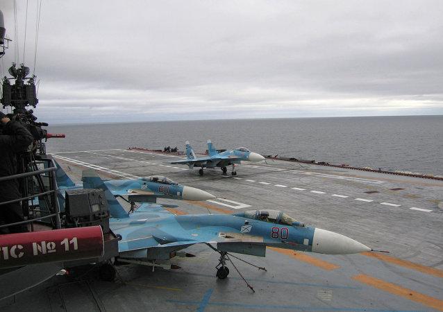 A bordo do porta-aviões cruzador de mísseis pesado Almirante da Frota da União Soviética Kuznetsov no Mar de Barents.
