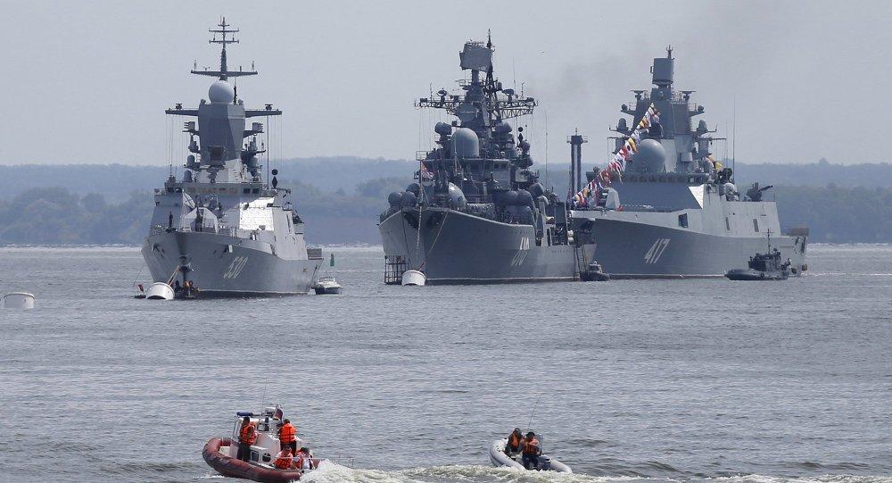 Da esquerda para a direita: corveta Steregushchy, contratorpedeiro Nastoichivy e fragata Admiral Gorshkov estão ancorados na base da frota russa em Baltiysk na região de Kaliningrado, na Rússia. 19 de julho de 2015.
