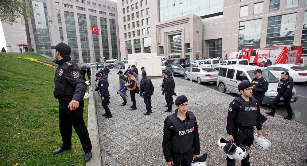 Polícia de Istambul faz guarda em frente ao Palácio da Justiça da cidade .
