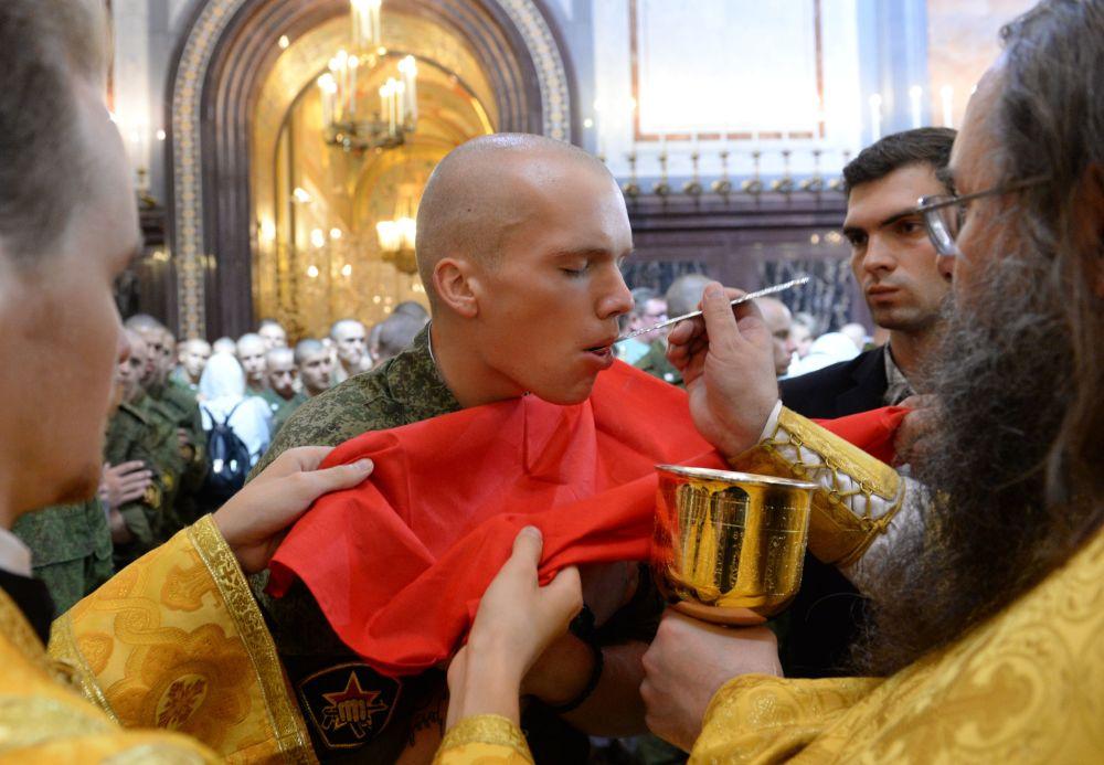 Militar comemora o Dia de Batismo da Rússia na Catedral do Cristo Salvador, em Moscou