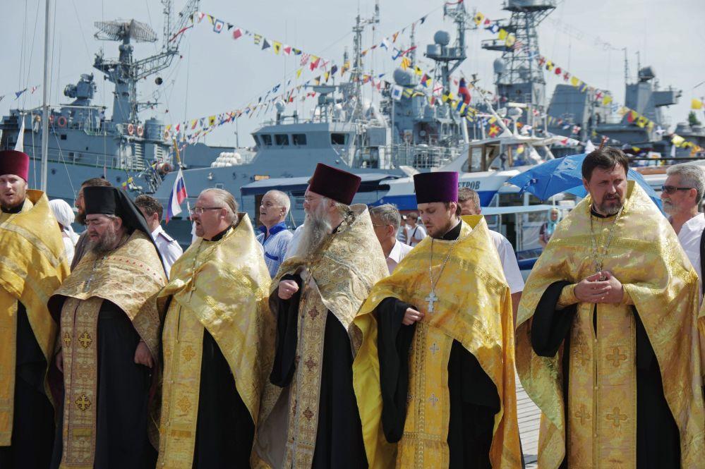 Sacerdotes durante a procissão religiosa dedicada ao Dia da Memória do Príncipe Vladimir, em Sebastopol