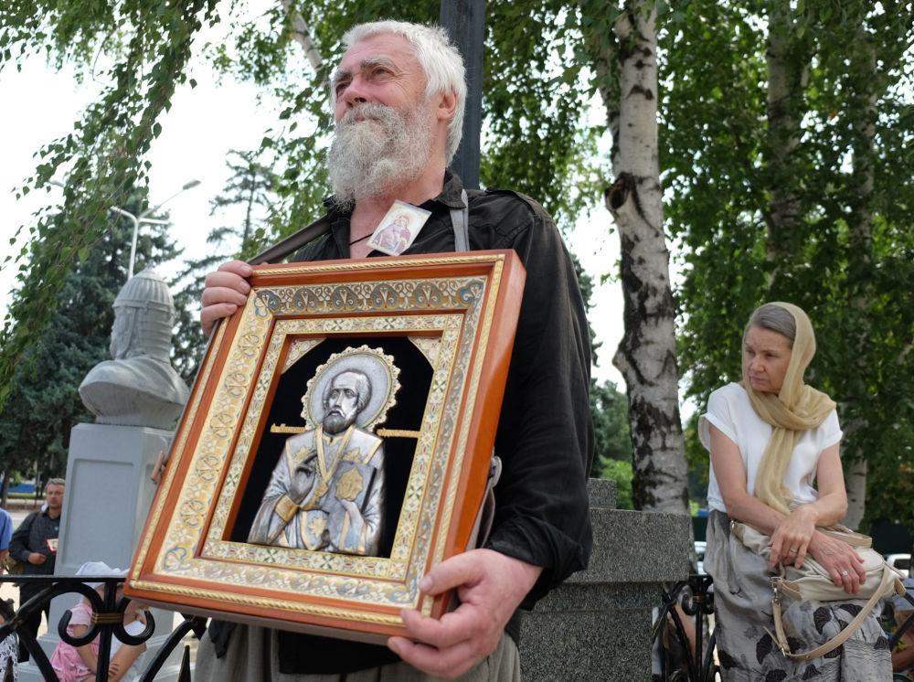Fiéis participam de procissão religiosa e liturgia solene no Dia de Batismo da Rússia, em Krasnodar